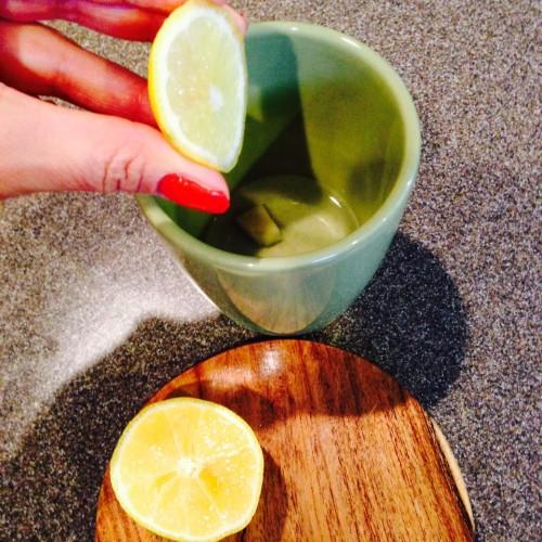 10 motivos para se tomar água com limão pela manhã