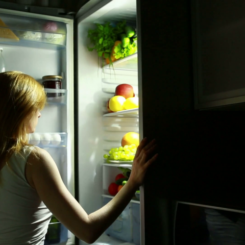 Por que você deve mudar (ainda hoje) o hábito de comer tanto a noite?